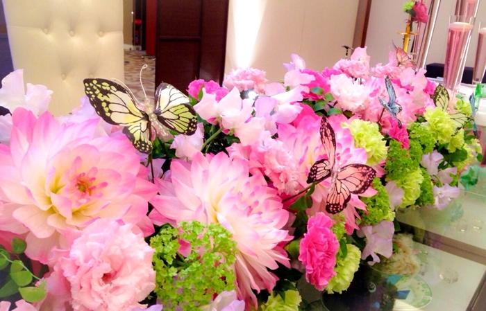 サクラの優しいピンク色と合わせてお2人の席、高砂のお花もピンクのお花で可愛らしく❤