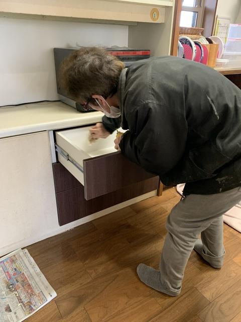 台所の棚を引き出しに 長年使われたキッチン収納の改修工事を行いました