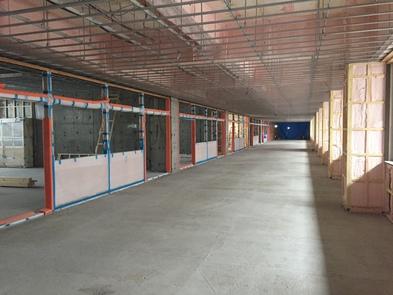 戸上中学校。構造躯体ができあがり内装関係工事を進めています。