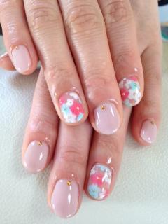 969ea48b514 こちらは、ピンクや淡いブルー、ホワイトのお花をアレンジしたネイルです。淡いブルーが、この時期ならではの清涼感を出していると思いませんか?