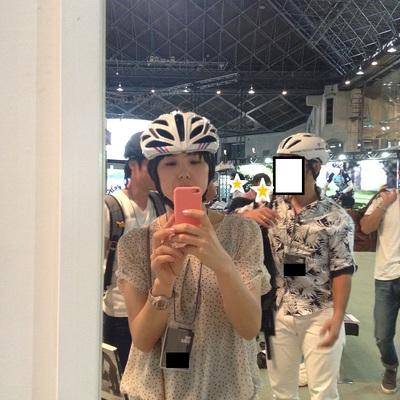 かわいい自転車女子のヘルメット