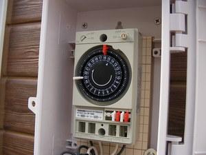 開けると、アナログ時計内蔵のタイマーが入っています。 時計が回転してONピンと、OFFピンに接触して、電源を切ったり入れたりするのです。
